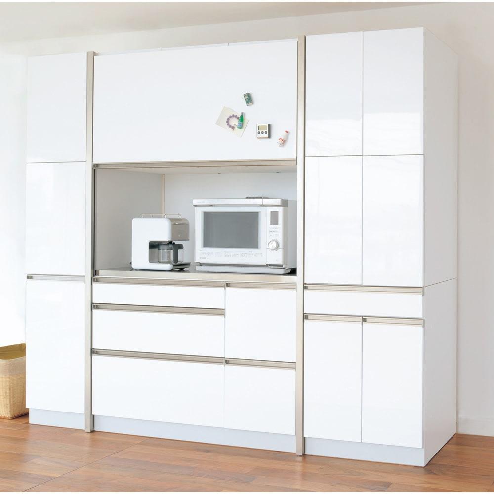 AQUA/アクア ダイニングボード・キッチンボード 幅107cm ホワイト 扉を開けると大きな家電収納部が。大型レンジはもちろん、ミキサーやトースターなどもすっぽり収まるサイズ。