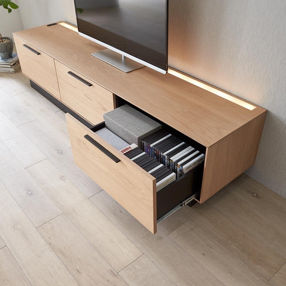 Glint/グリント LED照明付きテレビ台 幅240cm 深さのある引き出し(26.5cm)は、DVDケースを縦にも横にも収納できます。※写真は幅200cmタイプ。