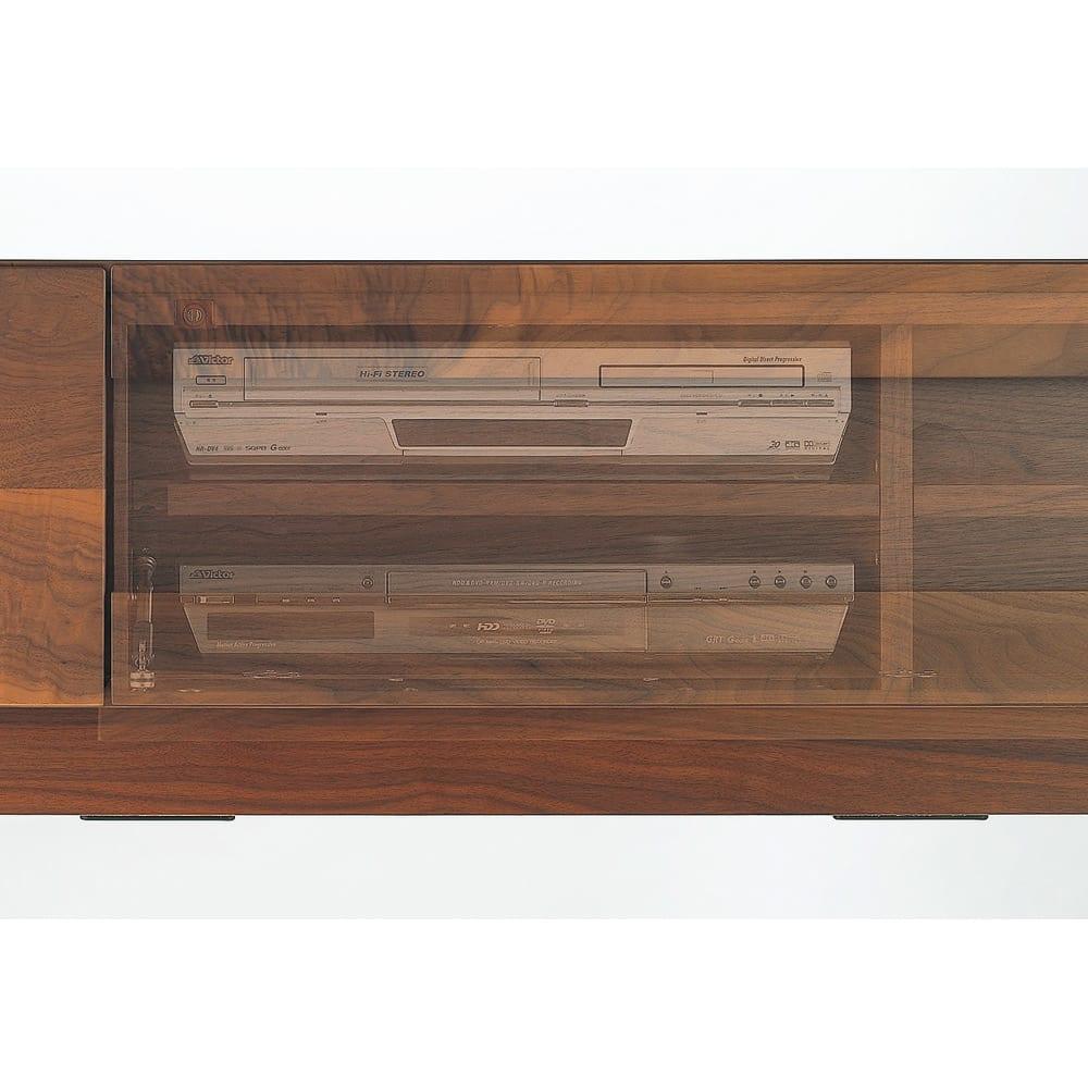 木目の風合いに包まれた隠しガラスグロッセウォルナットテレビ台 幅200cm 前面扉の裏側に強化ガラスを貼っており、扉が閉まった状態でもリモコンが使えます。