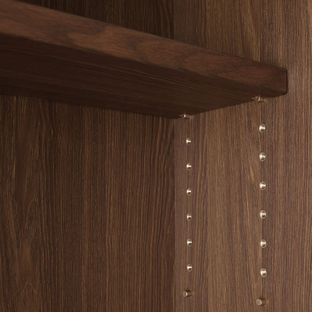 Winkel/ヴィンケル オーク天然木ななめ本棚 幅80cm・ロー 可動棚板はガタ付きの少ないネジ式ダボ使用。