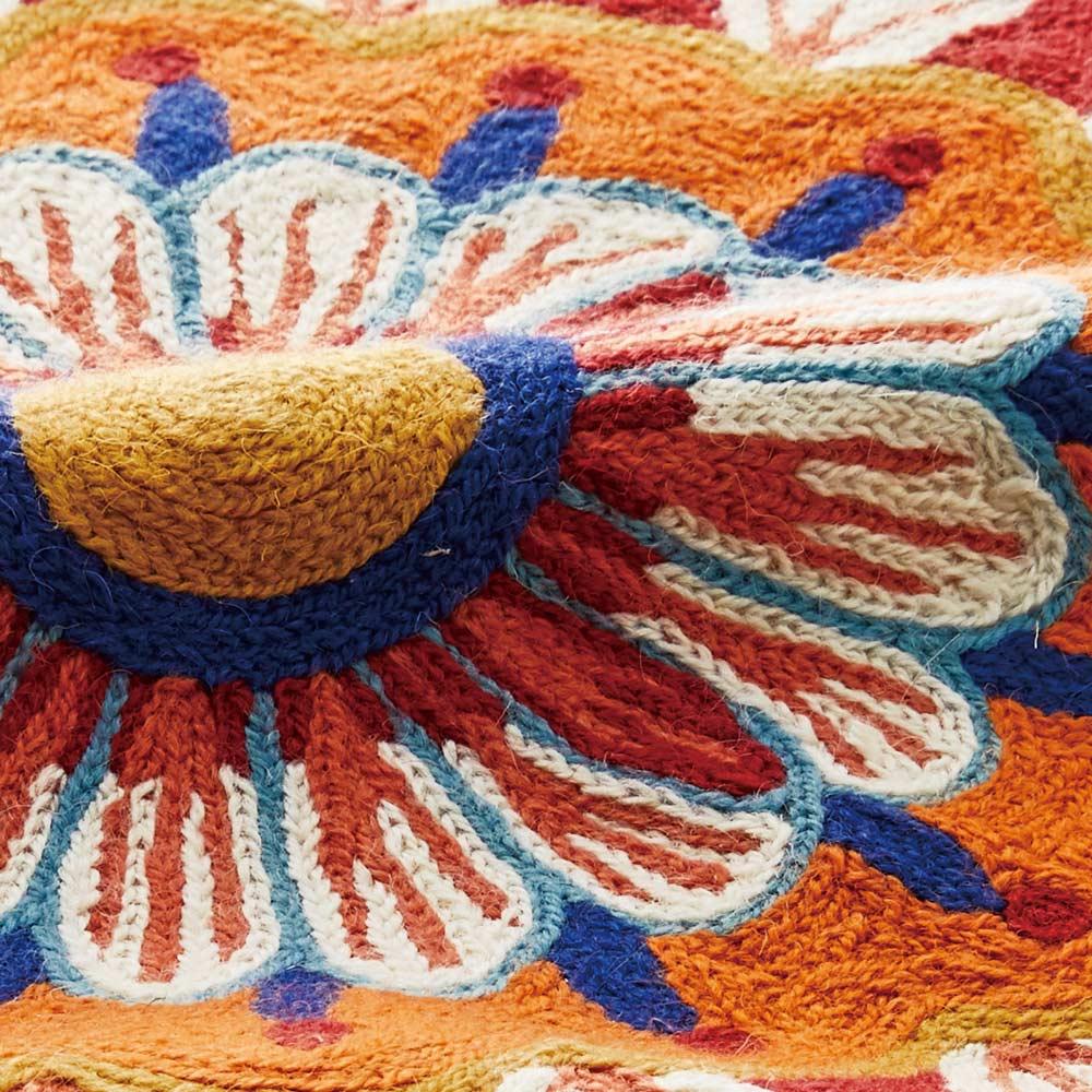 ハンドメイドチェーン刺繍ラグ (ア)ワゴンウィール 生地アップ うっとりするような細やかな総刺繍です。