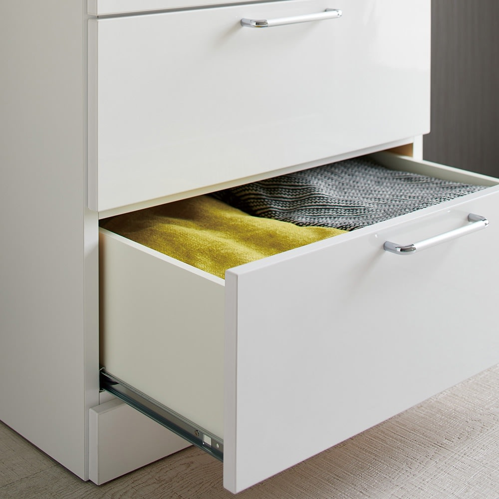 Muro/ムーロ ホワイトモダンチェスト 幅70cm 4段 引出は全段レールタイプを採用。滑らかに開閉して重たい衣類を収納しても安心。