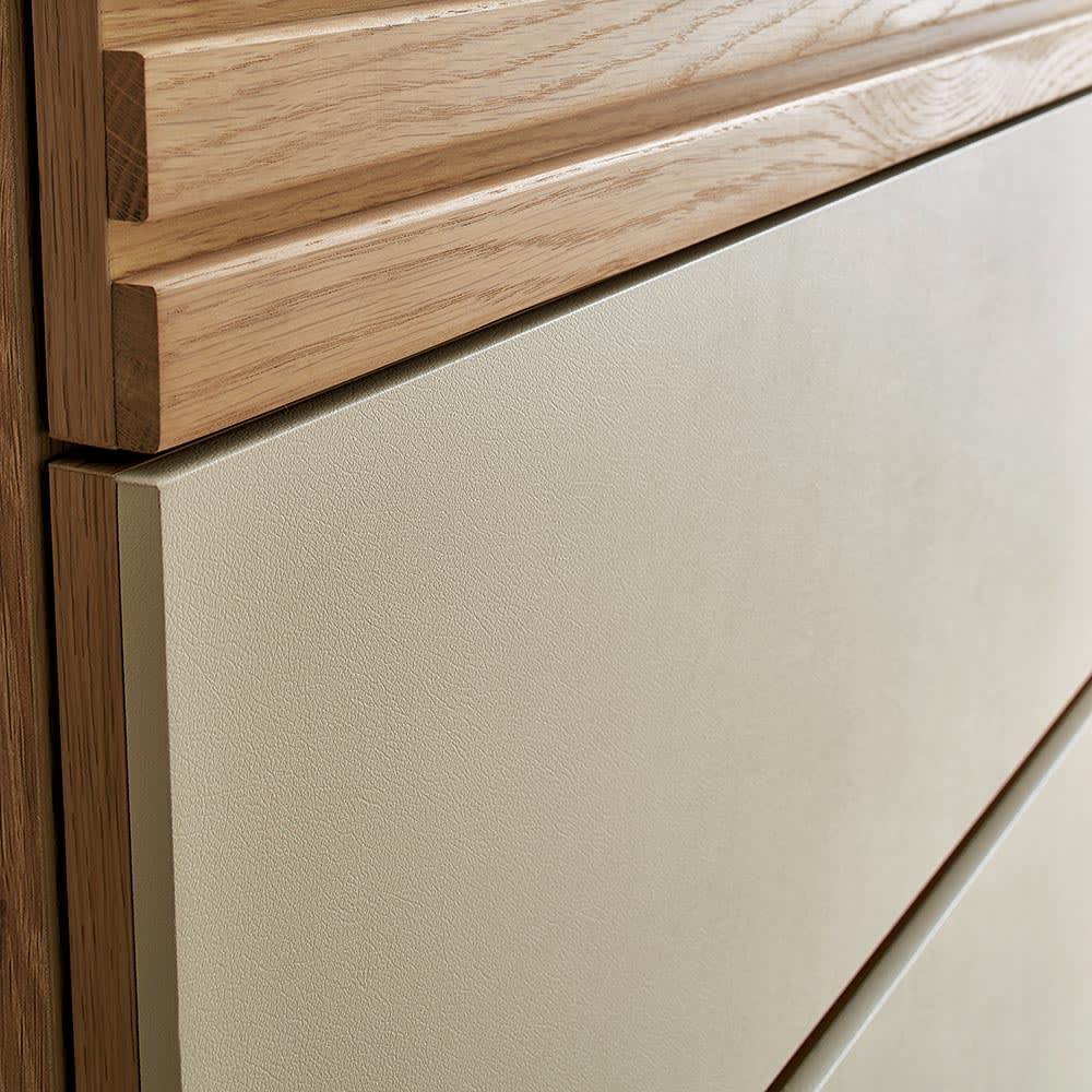Mijas/ミハス チェスト幅120.5cm ベージュのレザー調仕上げとオーク無垢材のシックな調和が、空間を上品に彩ります。
