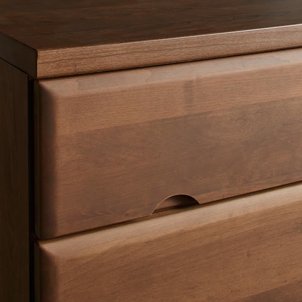 Tord/トルド 天然木薄型チェスト チェスト3段 前板は木目が美しい無垢材を使用、丸みをつけたアール加工でやさしい表情に。(イ)ダークブラウンはシックで落ち着いた色合い。