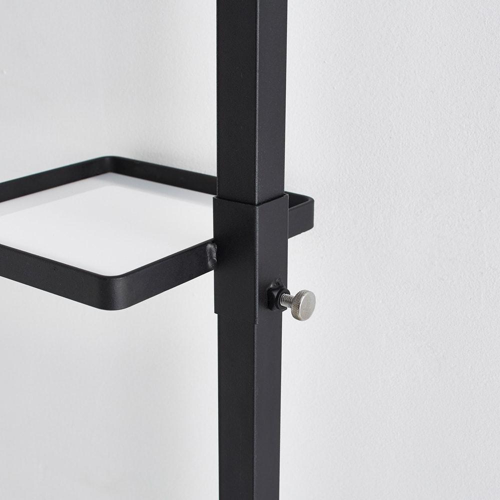 Euphy/ユフィ つっぱりハンガー スクエア 高さ調節は工具不要のねじ留めで、簡単に調整可能。表面はざらっとしたマットな塗装で、高級感があります。
