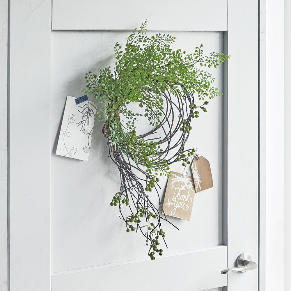 アジアンタム アレンジメント リース スワッグ 玄関の壁やドアに飾るだけで、お客様をさわやかにお出迎えできます。