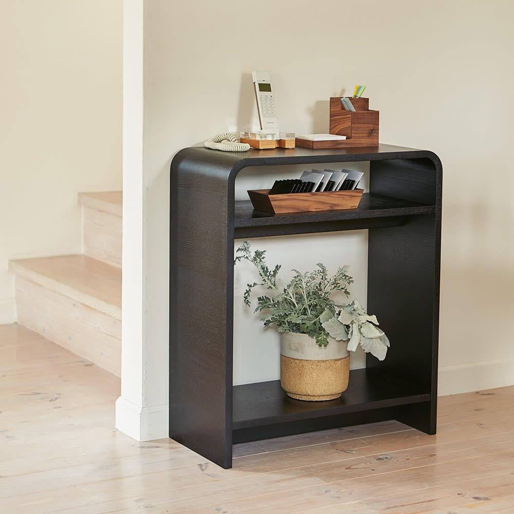 Arcus/アルクス コンソールテーブル 幅60cm コンパクトなサイズ感に薄型の奥行き。棚付きでちょっとした小物やアロマディフーザーなどを置いて、玄関や廊下、リビングの隅などに設置するのがおすすめ。