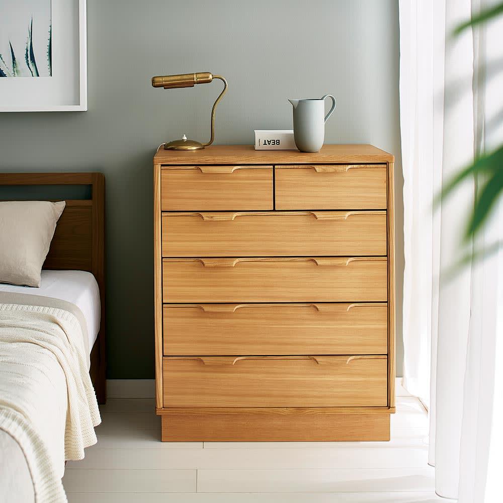 Calm/カーム 寝室コンパクトチェスト 幅70cm・5段(高さ84.5cm) ベッドサイドにちょうど良い、コンパクトなサイズ感のチェスト。無垢材を掘り出して作った取っ手など北欧風なデザインと細々したものを仕舞いやすい浅めの引き出しがポイントです。