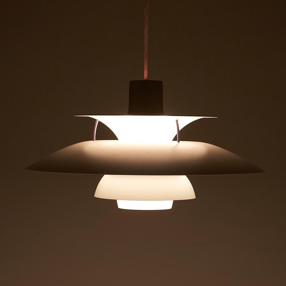 ペンダントライト PH5ミニ [Louis Poulsen・ルイスポールセン/デザイン:ポール・ヘニングセン] 点灯状態