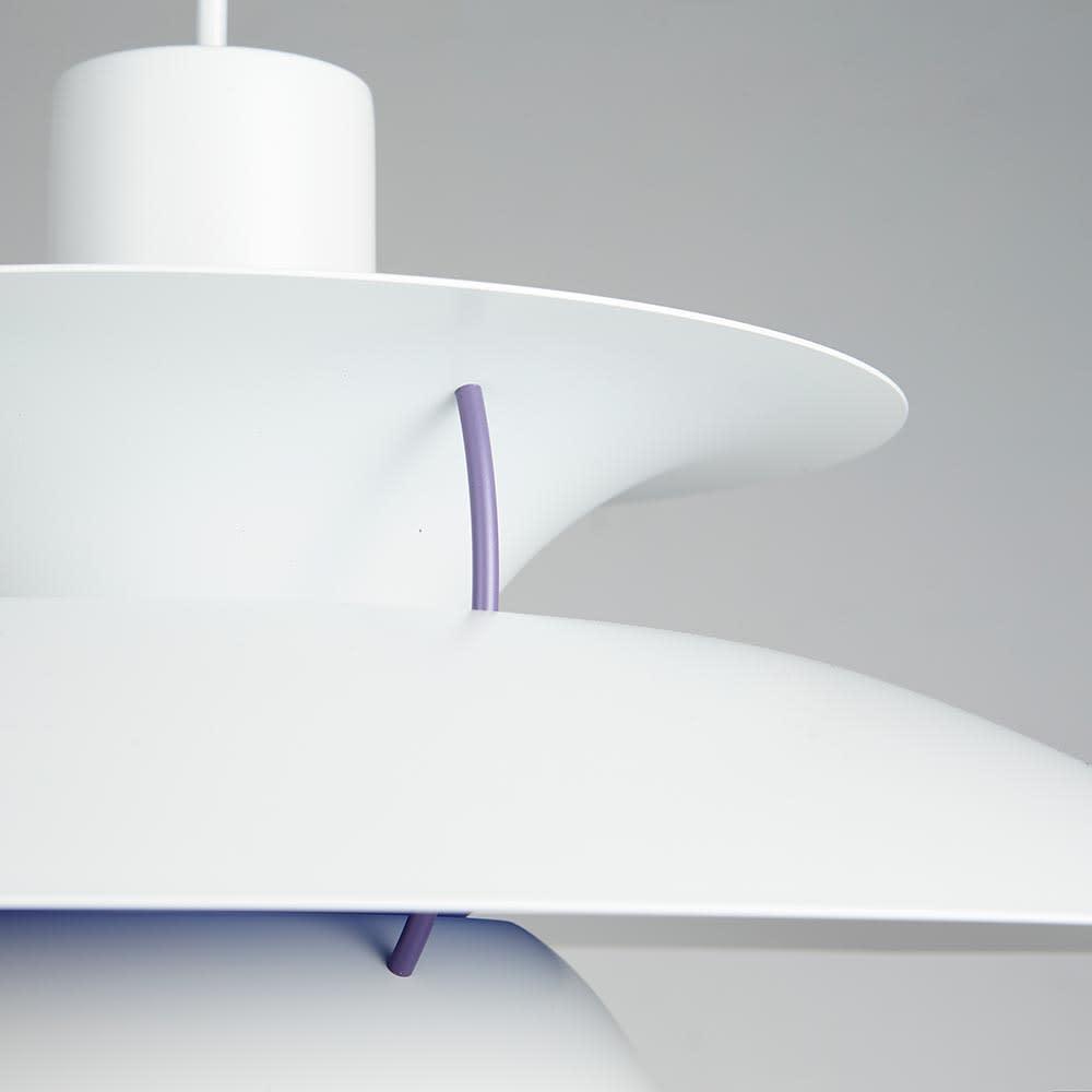 ペンダントライト PH5ミニ [Louis Poulsen・ルイスポールセン/デザイン:ポール・ヘニングセン] 特徴的なシャードを繋ぐ細いフレームはアクセントにもなるネイビーカラー。