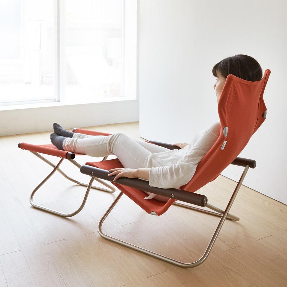 Nychair X ニーチェア エックス オットマン [Takeshi Nii/デザイン:新居猛] モデル身長157cm チェアと合わせて使えばさらにリラックス。