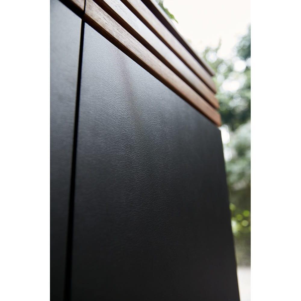 AlusStyle/アルススタイル リビングシリーズ サイドボード幅120.5cm ブラックレザー調の前板はリアルに革のシボ感を再現。光の当たり具合で表情がわずかに変化します。