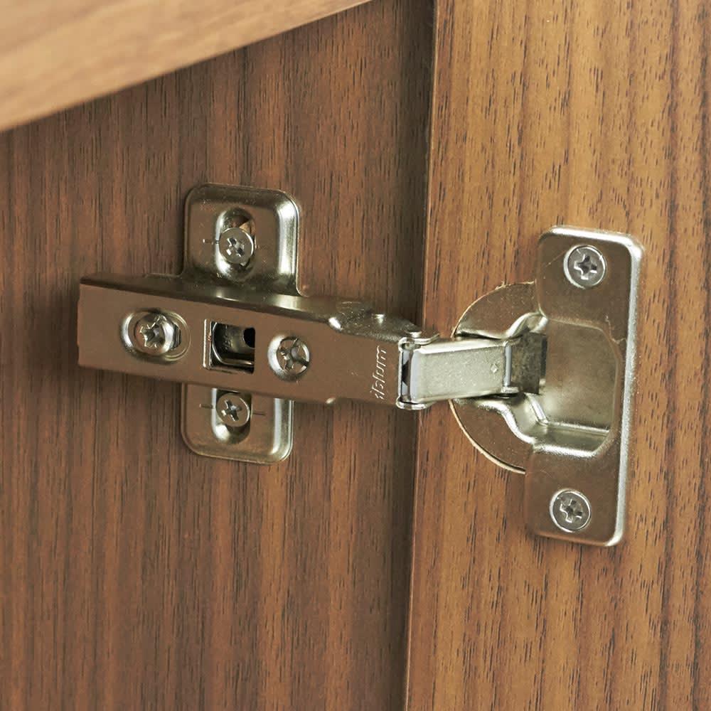 AlusStyle/アルススタイル チェストシリーズ 三面鏡ドレッサー 幅80.5cm ミラー付きの扉は、ゆっくり開閉するダンパー付きの金具で留められています。