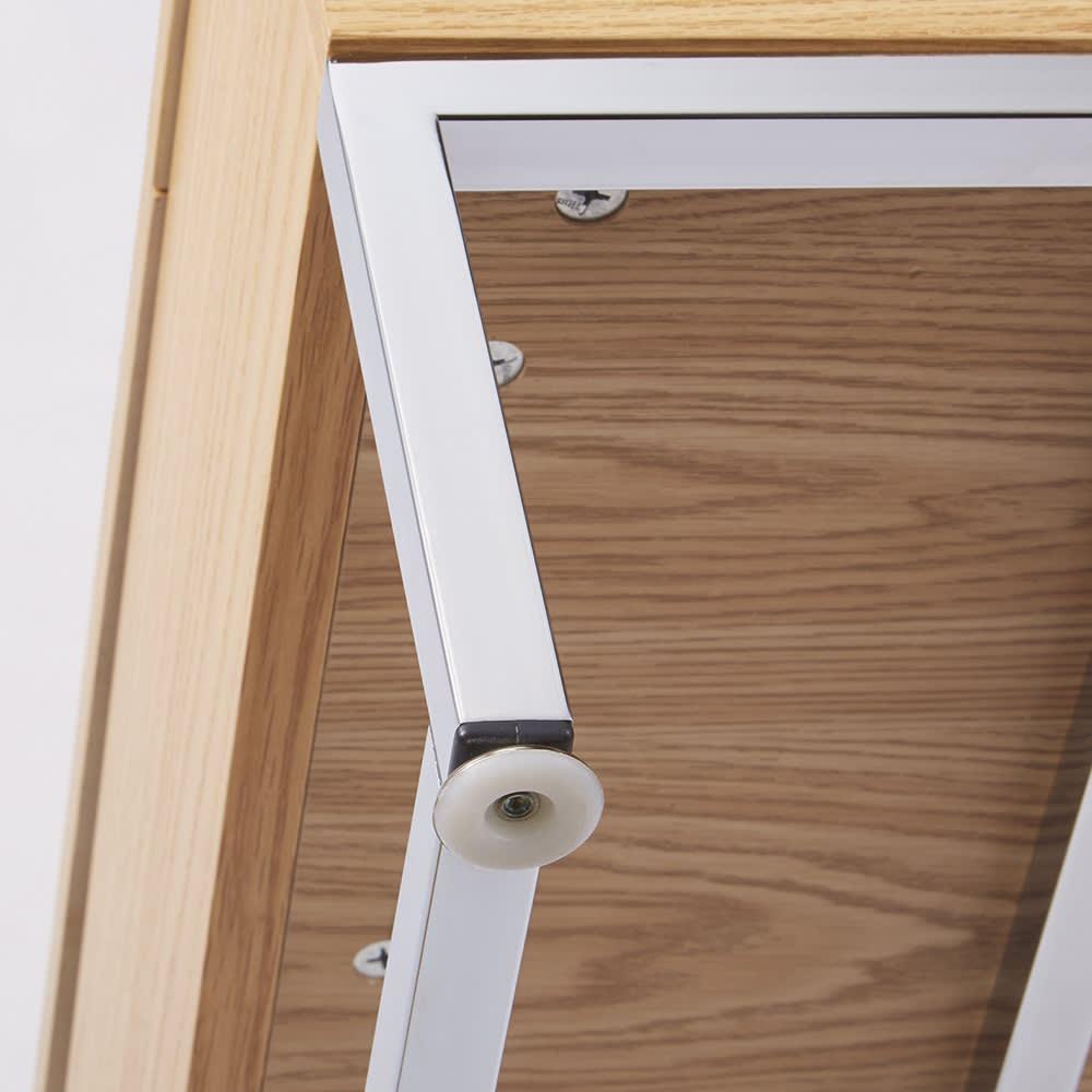 収納スペース付き リフトアップセンターテーブル 床接地面は床キズ防止のアジャスター付きです。