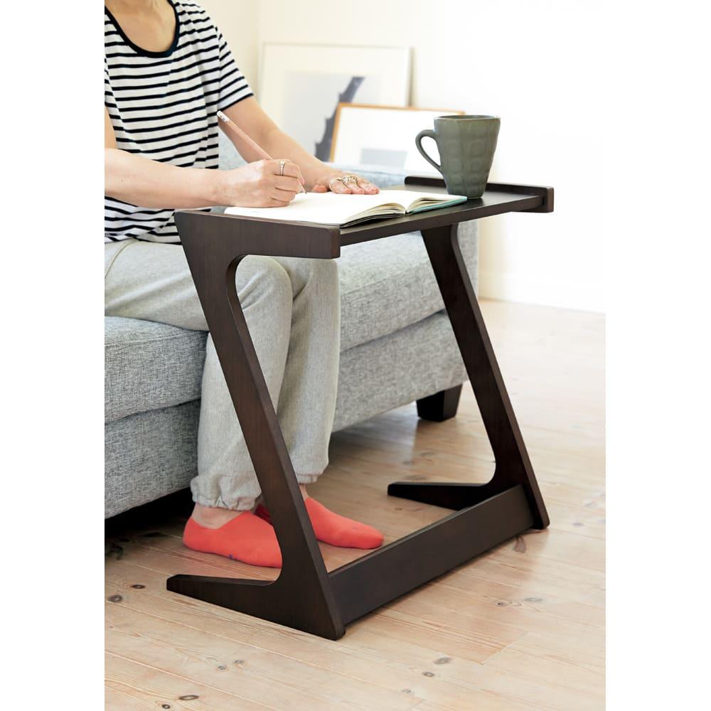 Zeta ソファサイドテーブル 【ポイント】手元に引き寄せてソファに座ったままパソコンや読書などが楽しめます。