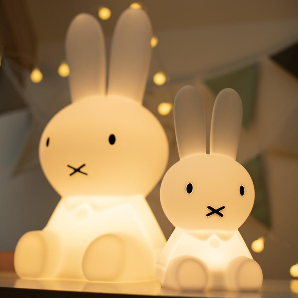 Mr.Maria miffy/ミスターマリア ミッフィー ルームライト ミッフィオリジナルランプ 点灯時(左がオリジナルランプです)やさしい光を放つミッフィー型ライト。光源はLEDなので熱くならず、お子様にも安心。