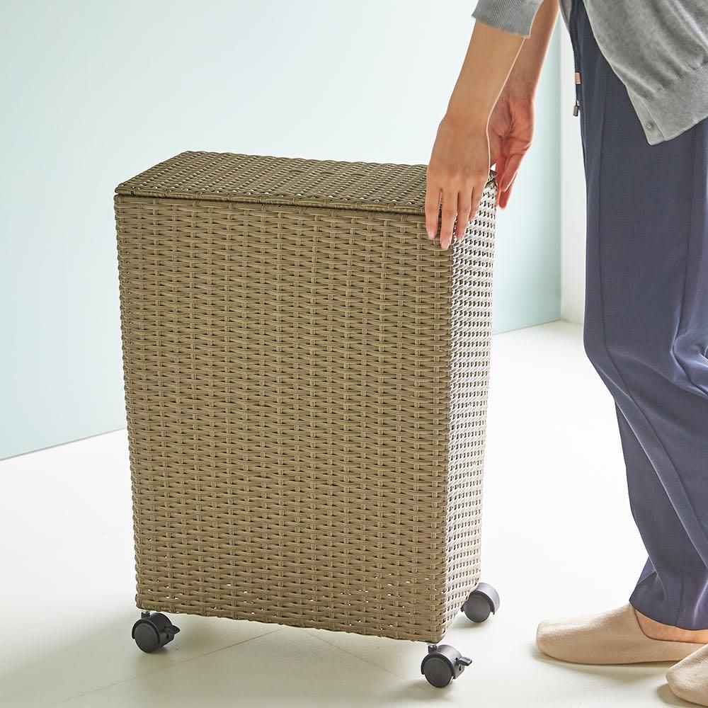ラタン調 フタ付キャスターバスケット 大 狭い洗面所でも簡単に動かしてスペースを確保できます。