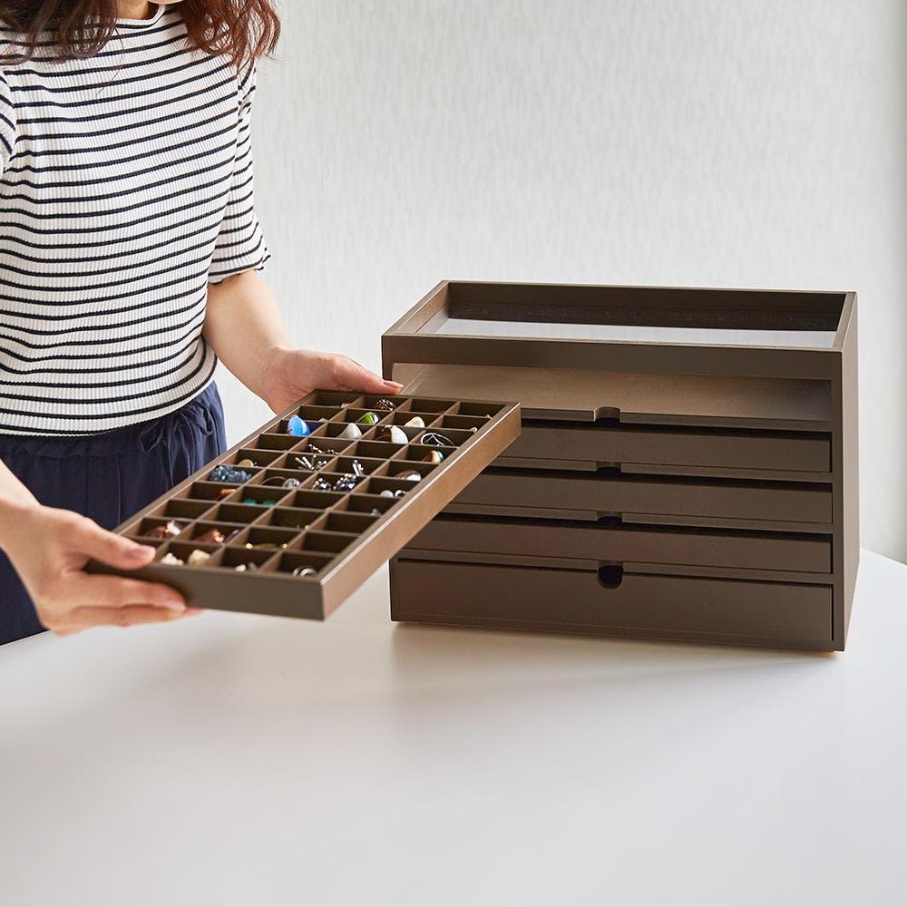 ディスプレイジュエリーボックス 幅40 cm トレーは取り外すことができるので、整理整頓もしやすく持ち運びも可能です。