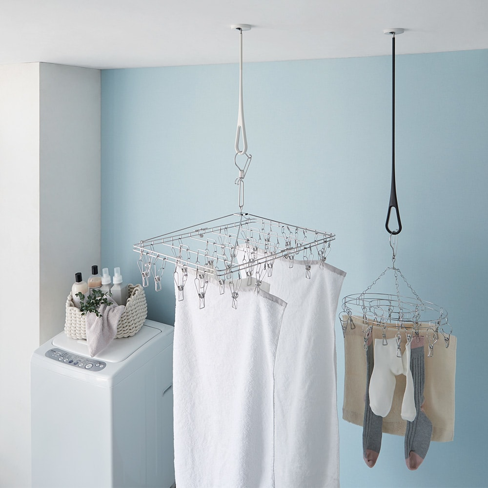 nasta/ナスタ 室内物干し 天吊りタイプAir Hoop(1本) 左から(イ)ホワイト×グレー、(ウ)ブラック×グレー ピンチハンガーの一時掛けに、室内干しに便利なフック。洗濯機周辺に設置すれば、洗った物を干す動作もラク。