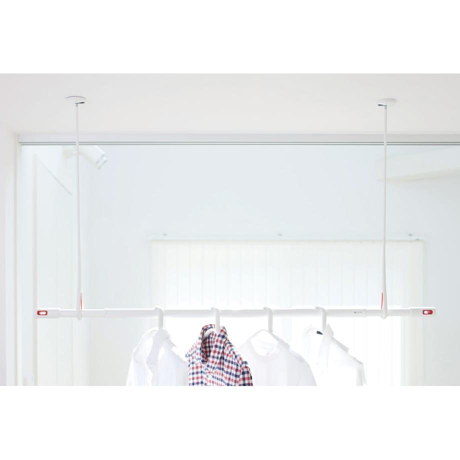 nasta/ナスタ 室内物干し 天吊りタイプAir Hoop(1本) ホワイト×レッド2本使用例。天井を有効利用して洗濯物を干せます(物干しざおはH45303で販売)