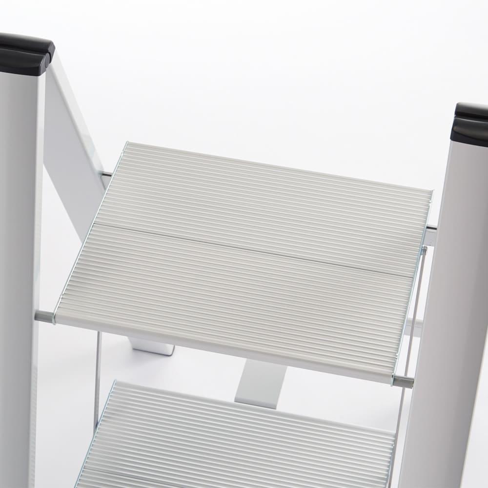 薄型アルミステップ 2段 ブラック アルミ脚立 ステップ面が広く安定して立てます。