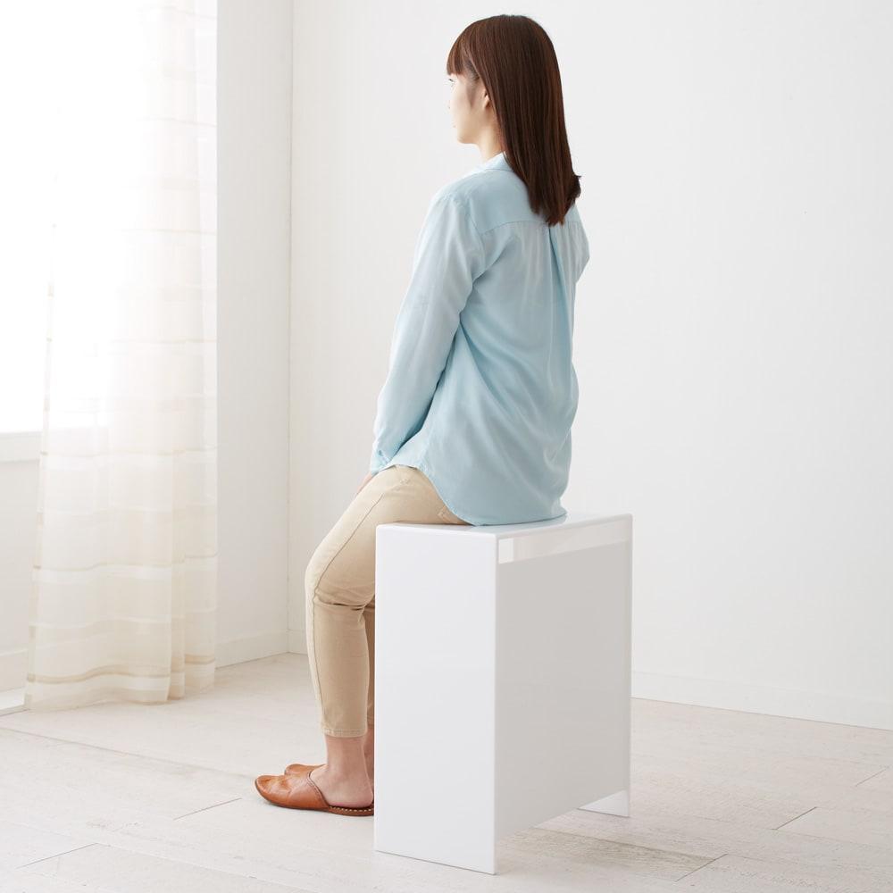 Nunnally/ナナリー アクリル パウダールームベンチ 洗面所などで浅く腰掛けるのにちょうどいい、座部高高め(高さ55cm)のスツールです
