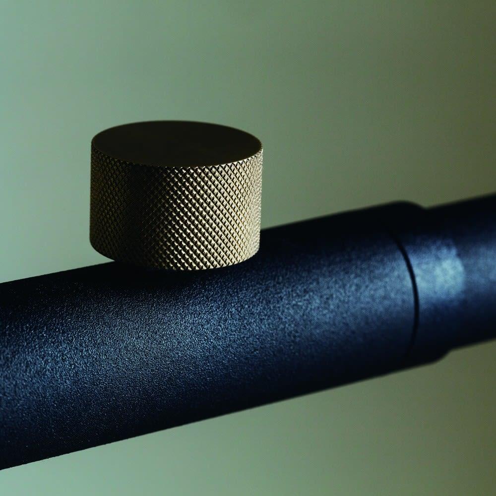 DRAW A LINE/ドローアライン フック3個付き突っ張り棒 マットなスチールの黒色塗装に真鍮のネジが粋なポイント。
