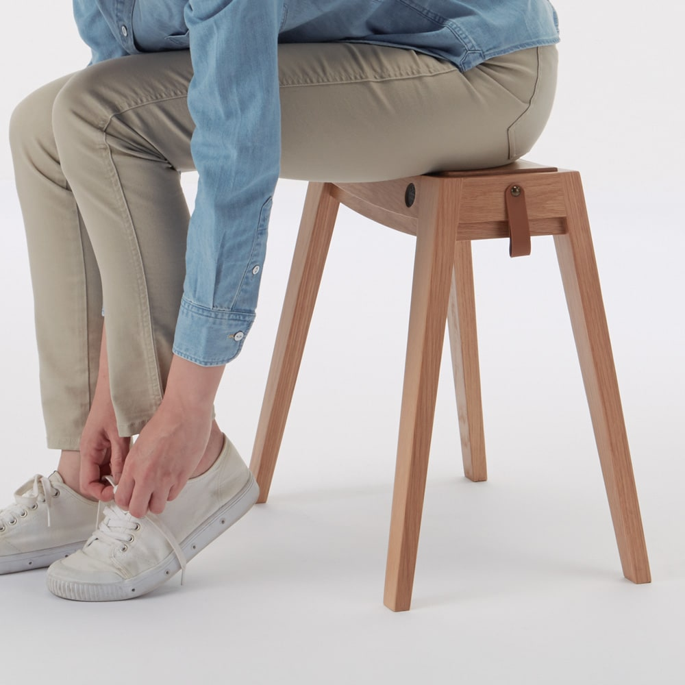 ウッドスリムスツール ウォルナット 靴の脱ぎ履きにちょうどいい高さです。