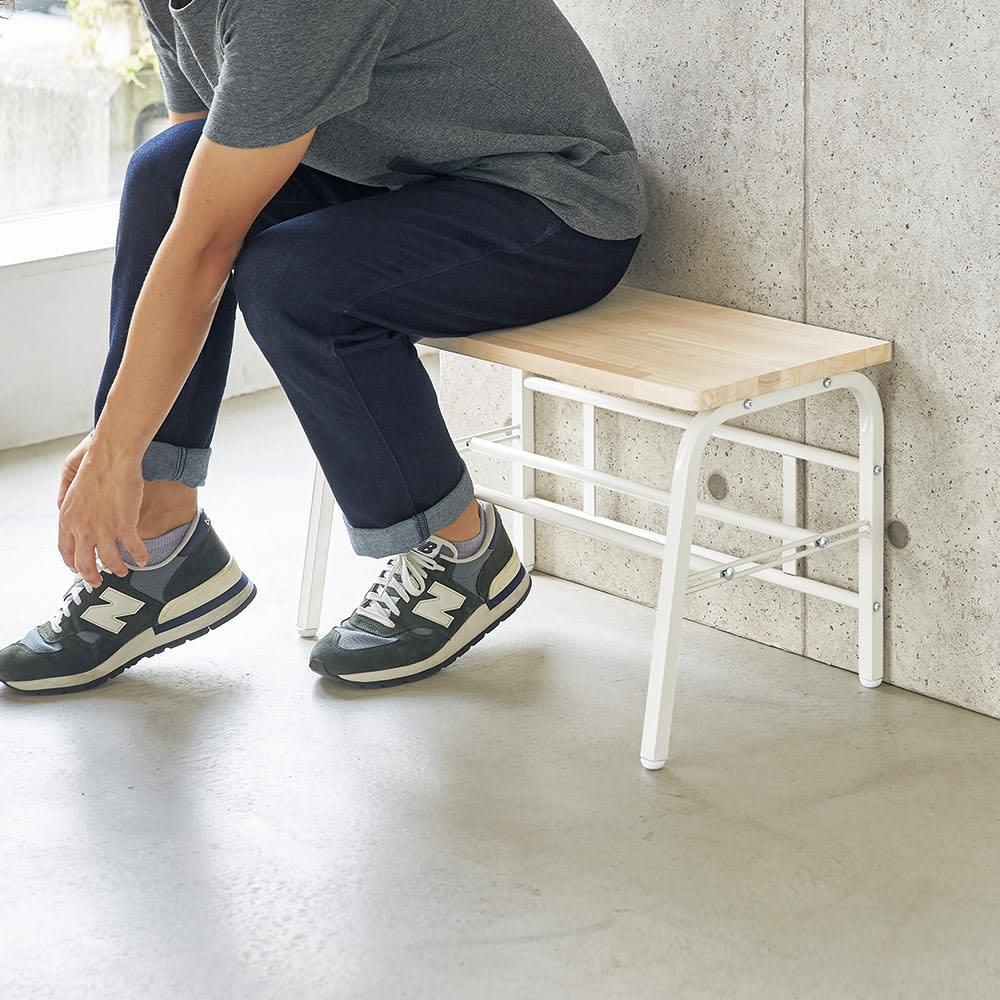 ラバーウッド玄関ベンチ 幅60cm 男性も座ることができる奥行きです。