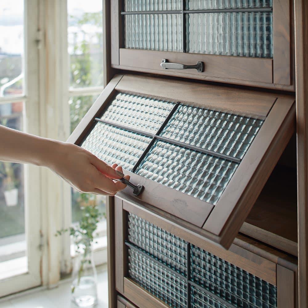 Leale/レアーレ フラップキャビネット 5段タイプ高さ135cm 扉はハンドルをもって、上に持ちあげて開閉します。