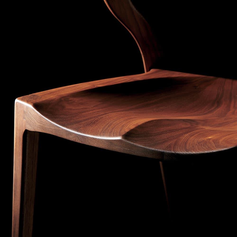 Ajeltuo/アヤルト ダイニングチェア[ウォルナット無垢材:日本製] チェアに体が吸い付くような座り心地。座面も国産ならではのこだわりの作りで仕上げています。