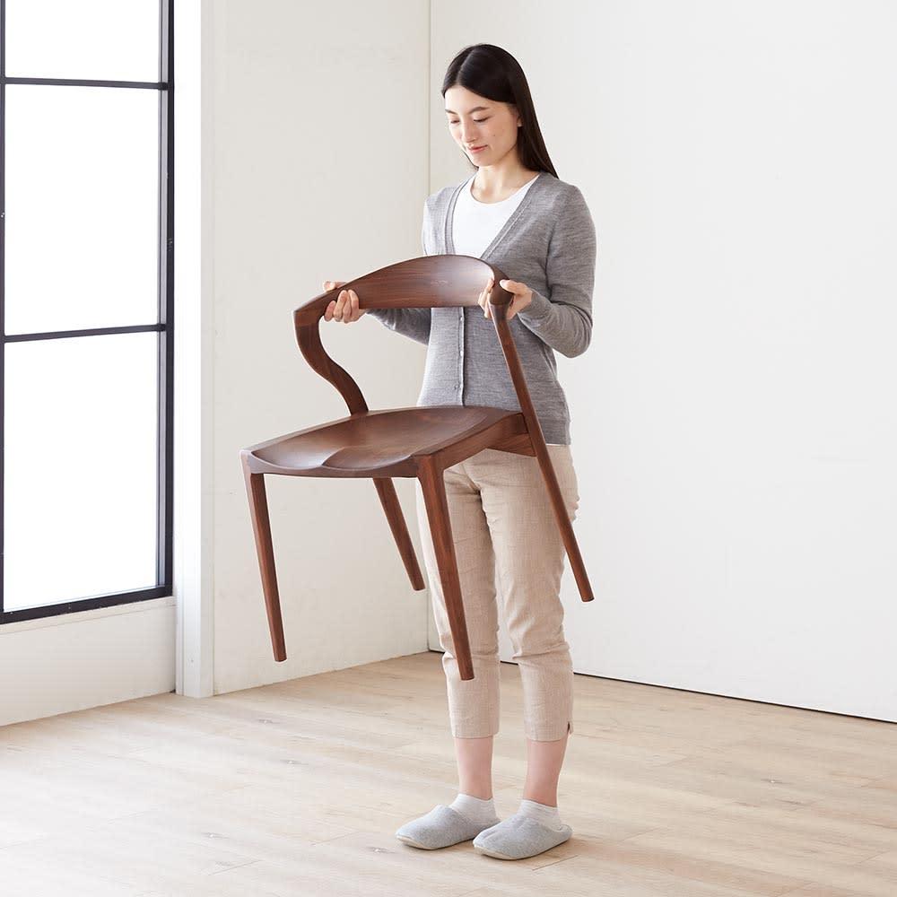Ajeltuo/アヤルト ダイニングチェア[ウォルナット無垢材:日本製] 女性でも持ち上げられる重さです。