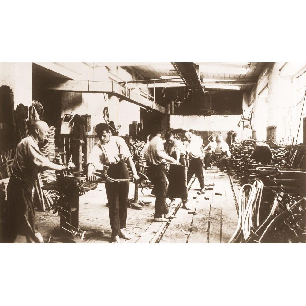 ウィンザーダイニングテーブル 正方形ダイニングテーブル幅80cm×80cm[チェコ・TON社] 1920年頃の工場での曲げ木の工程。現在でもほぼ同様の技術で生産されています。