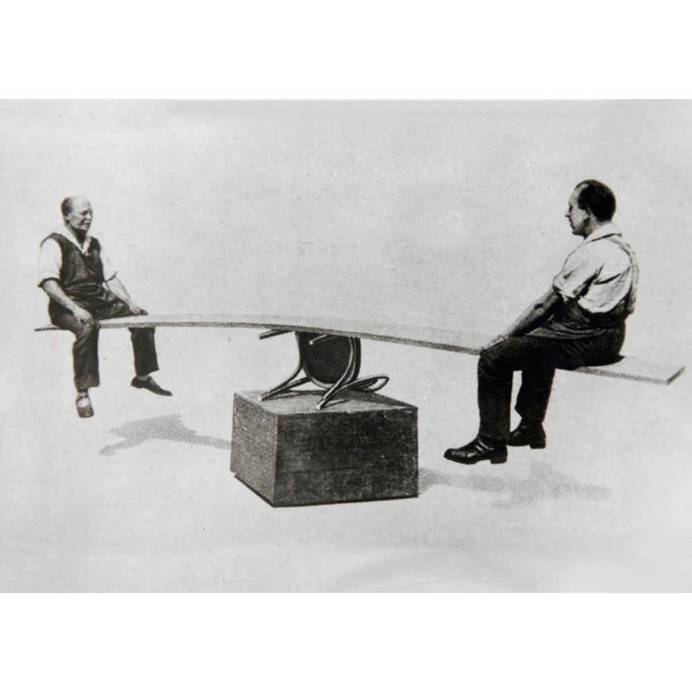 アンティーク風No.18 曲げ木 チェア[チェコTON社製] 1900年代の広告に掲載された、曲げ木チェアの丈夫さを証明する写真。