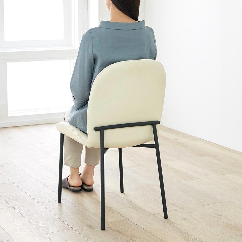 Kivits/キヴィッツ ダイニングシリーズ 幅135cm 5点セット モデル画像 チェアは座りやすいように座面にくぼみがあります。