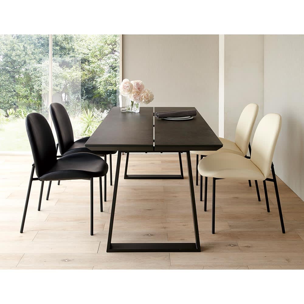 Kivits/キヴィッツ ダイニングテーブル 幅135 セットイメージ 幅165の少し大きめの定番サイズ(カ)テーブル・ブラック、チェアミックス(ブラック2脚・ホワイト2脚)