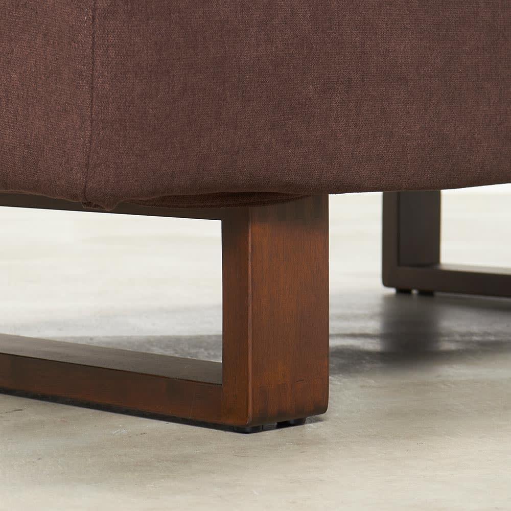 BIS/ビス リビングダイニングシリーズ テーブル154cmセット ソファ 脚部アップ 脚のデザインはソファ・テーブル、共通したものになっています。