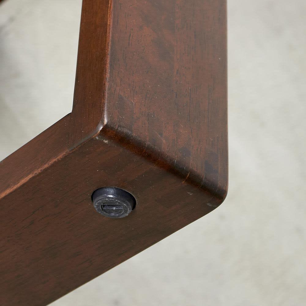 BIS/ビス リビングダイニングシリーズ テーブル119cmセット 脚の裏にはアジャスターがついています。