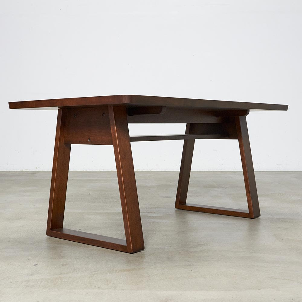 BIS/ビス リビングダイニングテーブル 幅140cm テーブルの天板下には棚がついています。