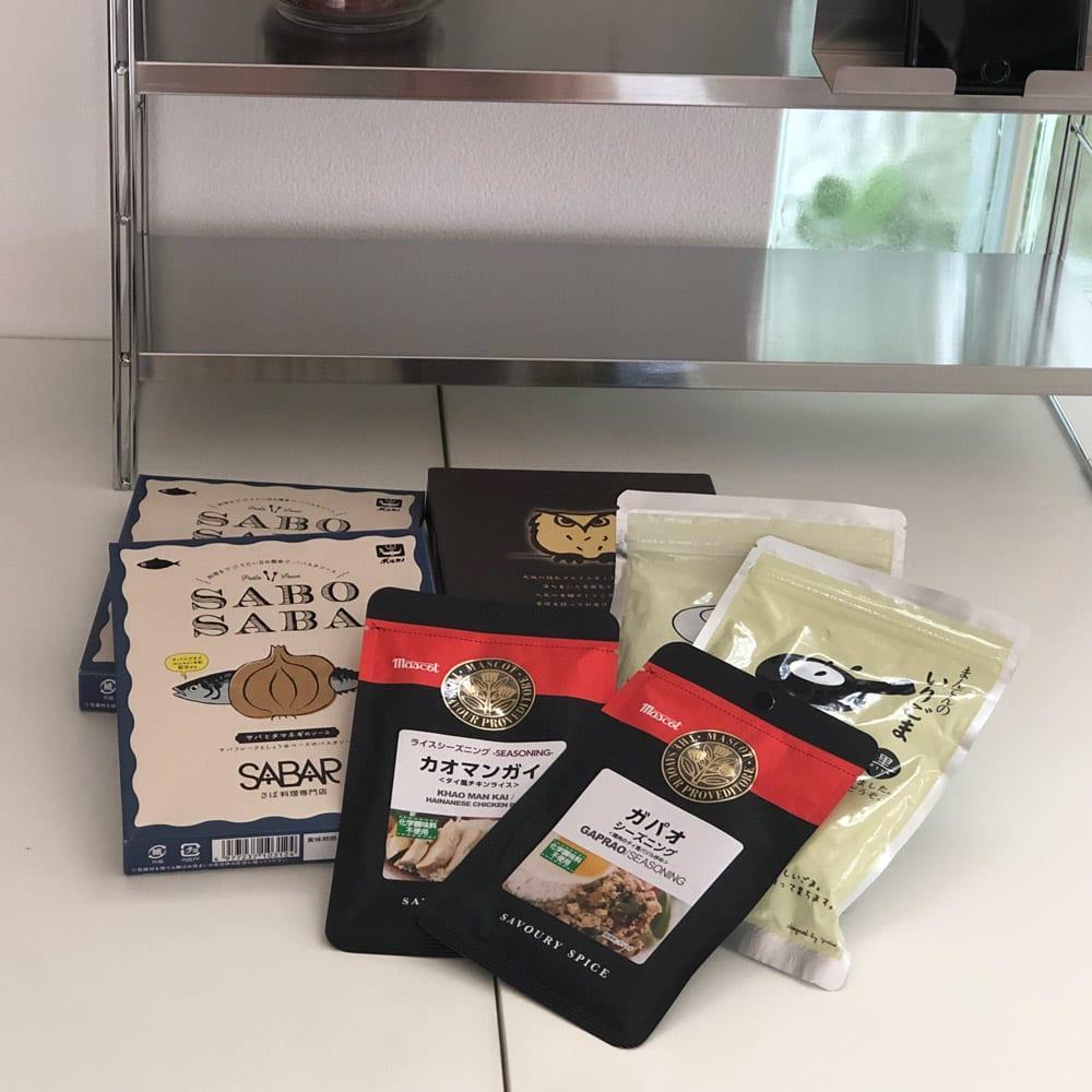 スマホが置けるステンレス棚&ボックス付き スパイスラック 幅48cm 箱の調味料もボックスに収納。