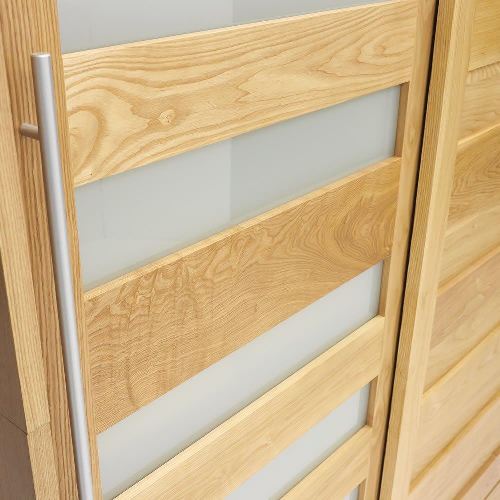 NexII ネックス2 天然木キッチン収納 キャビネット 幅140cm ほっそりとした取っ手は縦に長く、デザイン的に美しいだけでなく、つかみやすい利便性の面も優秀。
