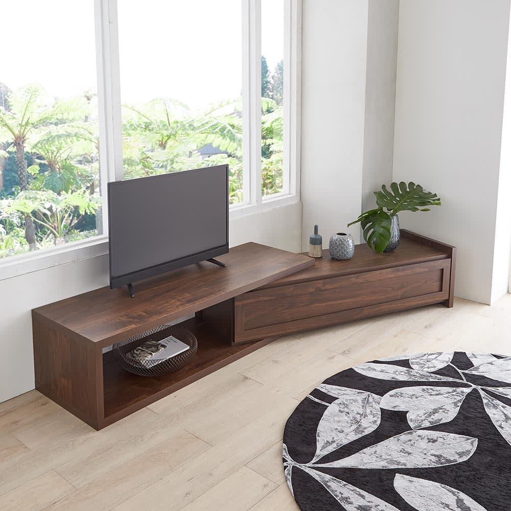 Oder/オーデル 伸長式テレビボード 角度をつけての設置もできます。