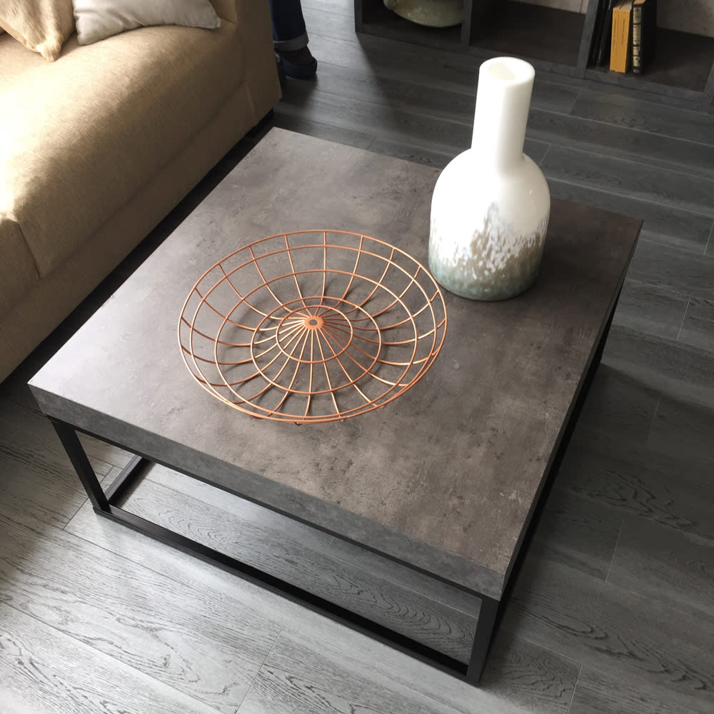 Petra(ペトラ) コンクリート調コーヒーテーブル ソファーの前にセットしたセンターテーブル使用例。
