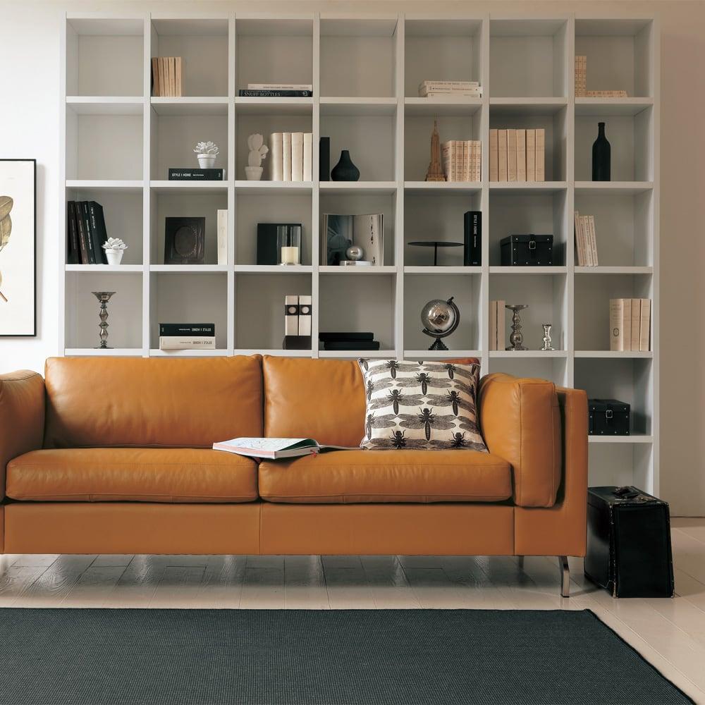 Pombal/ポンバル シェルフ 2連セット 高さ224cm コーディネート例。ソファの後ろなど、壁面いっぱいに収納スペースを作れます。