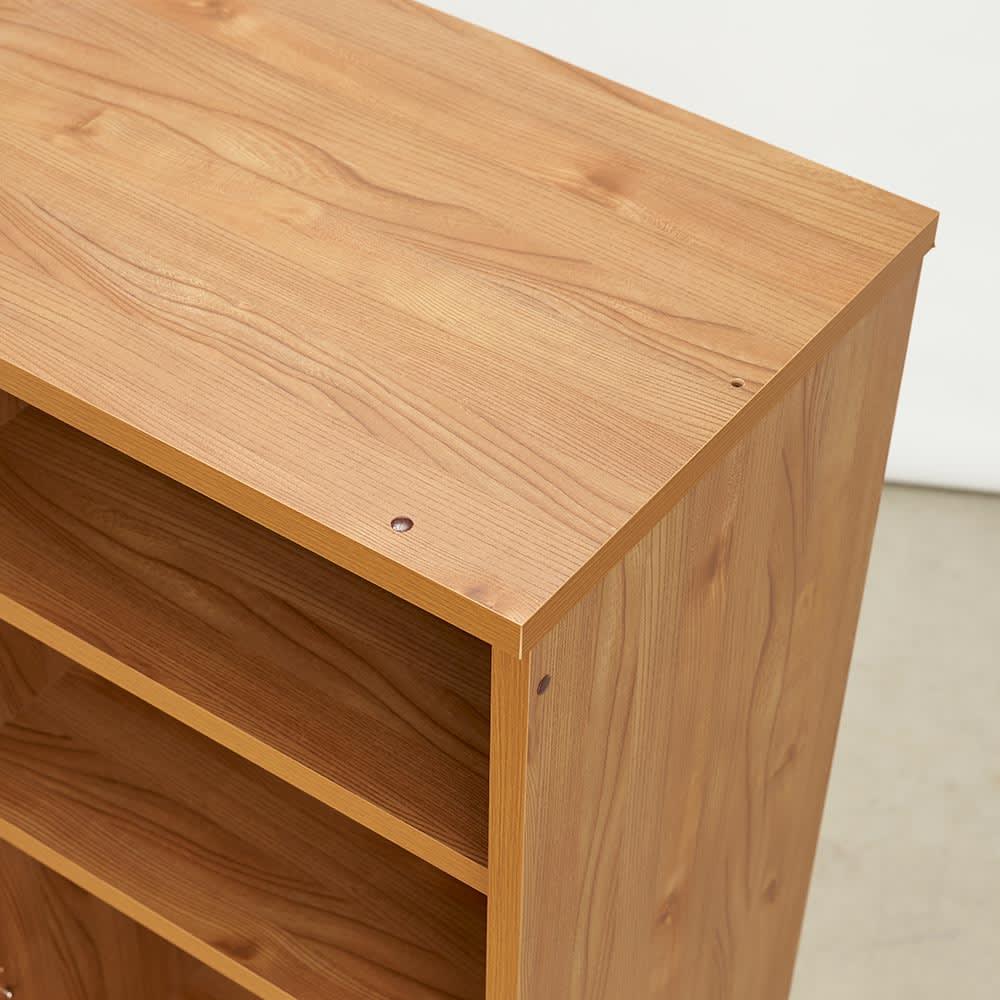 K'astani/カスターニ LEDライト付きバイカラーコレクション本棚 幅79cm 天板も化粧されています。
