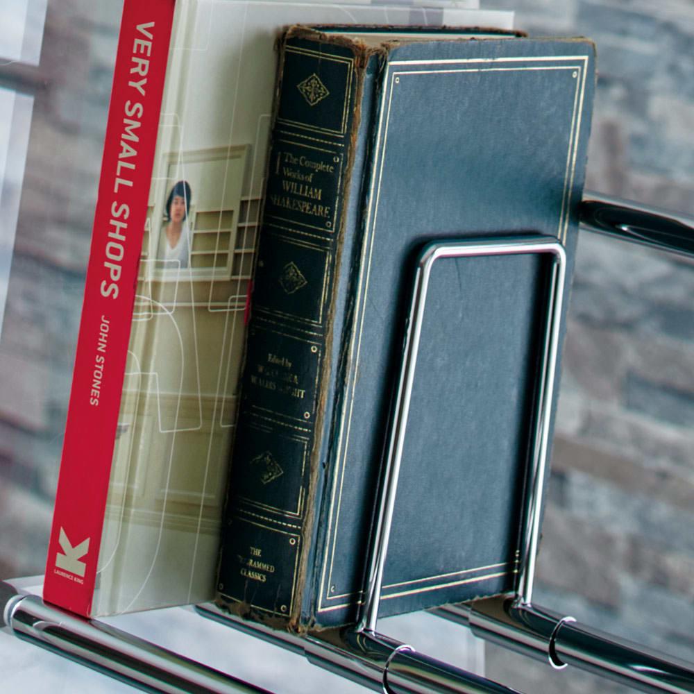 Lumiere/ルミエル  クリアブックシェルフ 幅82cm 斜め構造で収納物が出し入れしやすい設計。可動式のブックエンド付き。