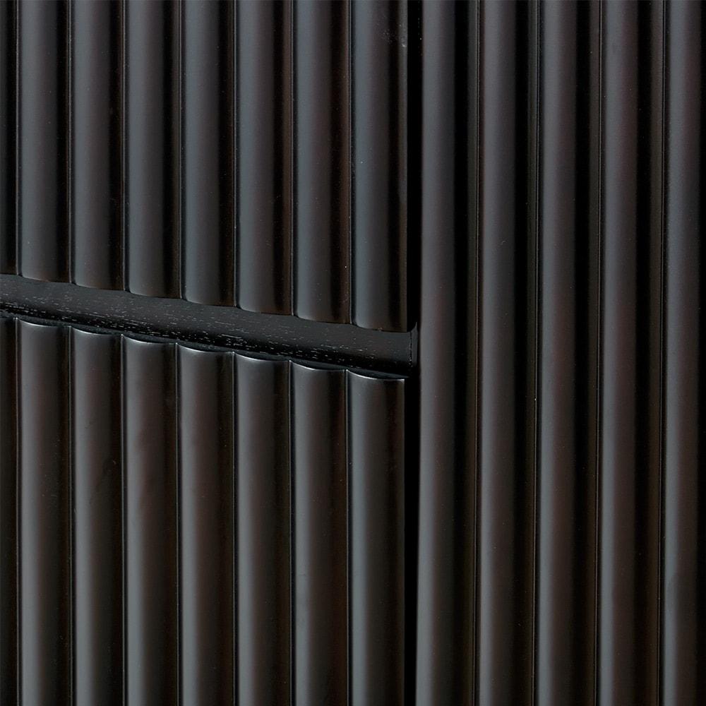 PHILOS/フィロス エレガントシリーズ ガラス扉キャビネット 前面は木の表情が楽しめる立体的なデザイン。