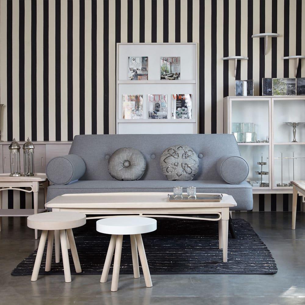 PHILOS/フィロス エレガントシリーズ ガラス扉キャビネット 長年のキャリアを生かし、家具のデザインにもファッションの要素を取り入れています。