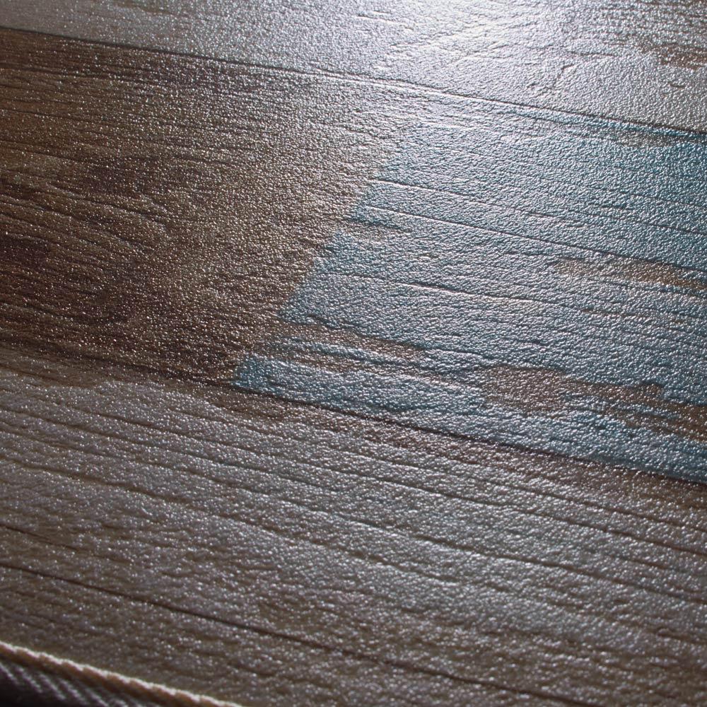 水や汚れ、傷にも強い 古材フローリング調ダイニングラグ 木目の凹凸をエンボス加工で表現した驚く程リアルな質感。※質感を出すために影を強く出して撮影しています。色などは他の画像を参考にしてください。