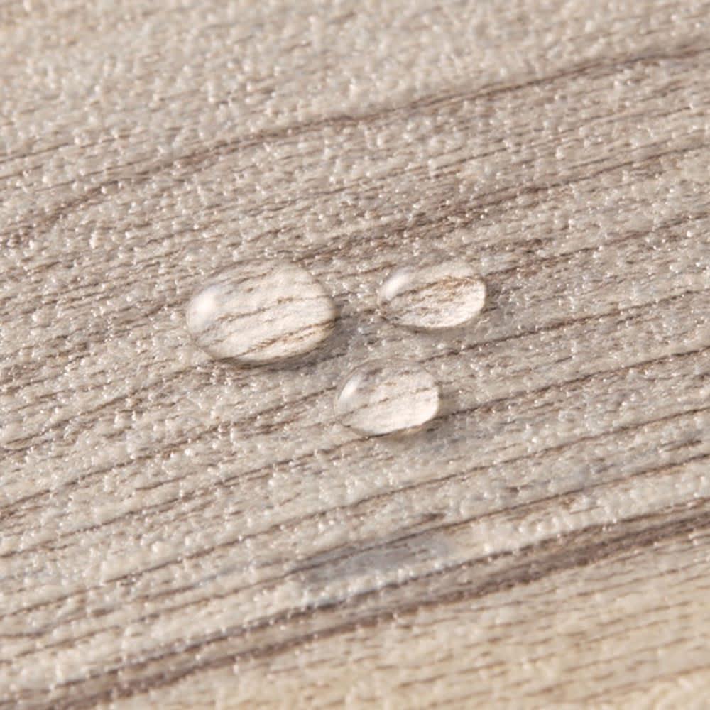 水や汚れ、傷にも強い 古材フローリング調ダイニングラグ 水や汚れをさっと拭き取れます 水や汚れに強い塩ビ素材を使用。表面はエンボス加工の凹凸で、木目をリアルに再現しました。